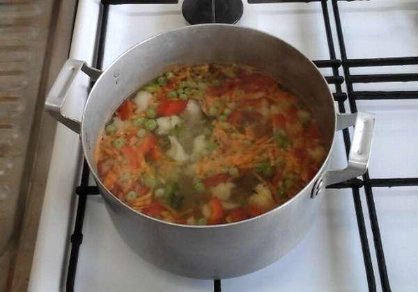 суп варится в кастрюле