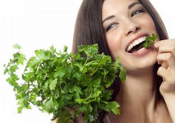 девушка кушает зелень