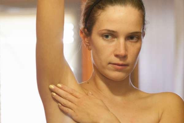 Зуд под мышками у женщин: причины появления, как быстро избавиться в домашних условиях от недуга
