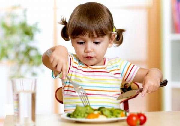 малышка кушает