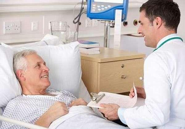 Пациент и врач в палате