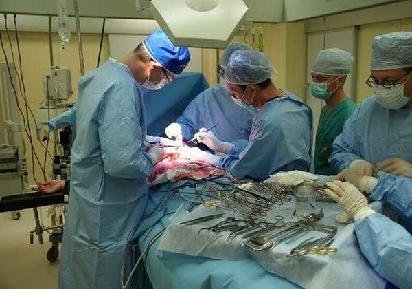 Врачи делают полостную операцию