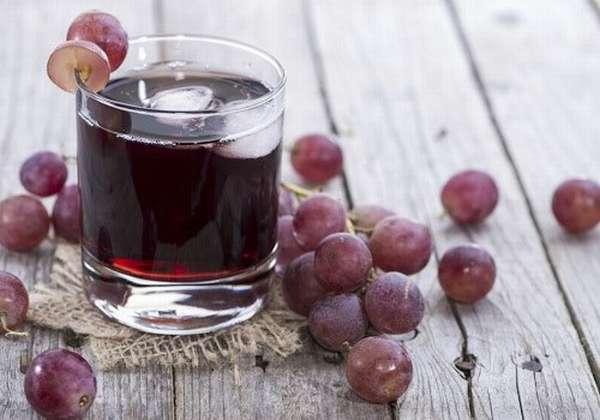 Стакан с виноградным соком и виноград