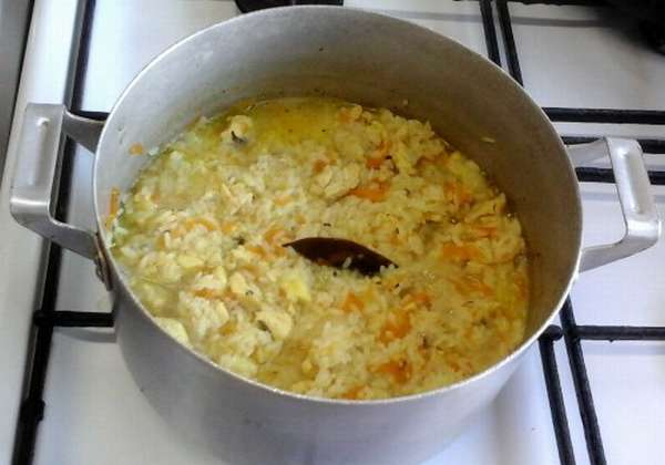 рис с овощами в кастрюле