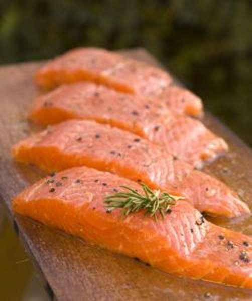 Мужчинам полезно есть семгу и лосось