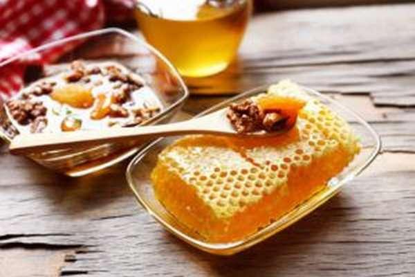 Грецкие орехи измельчить и добавить мед