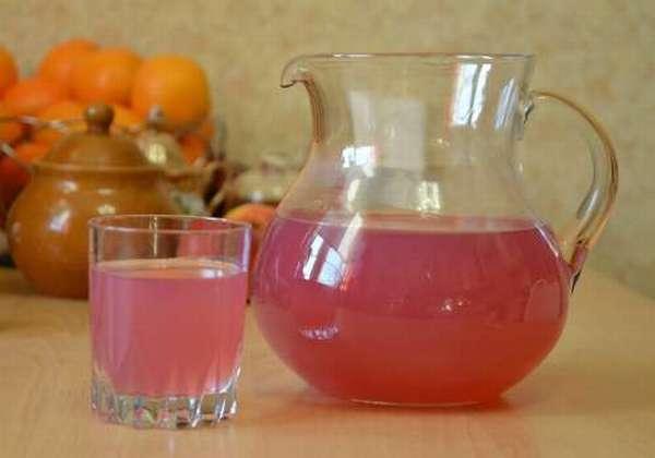 кувшин с ягодным напитком