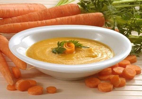 Тарелка с супом-пюре из моркови
