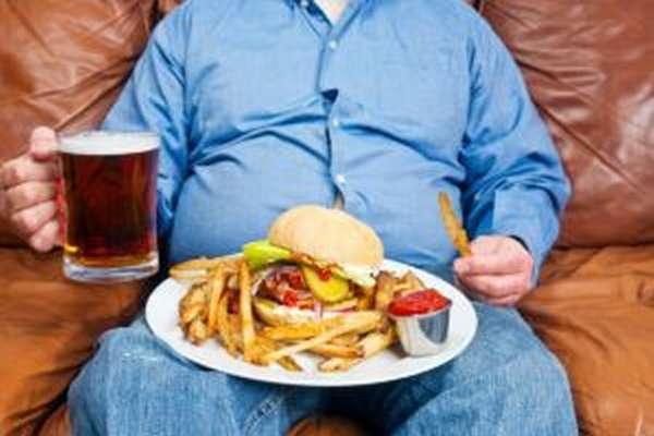 Мужчине следует отказаться от употребления алкогольных напитков и жирной пищи