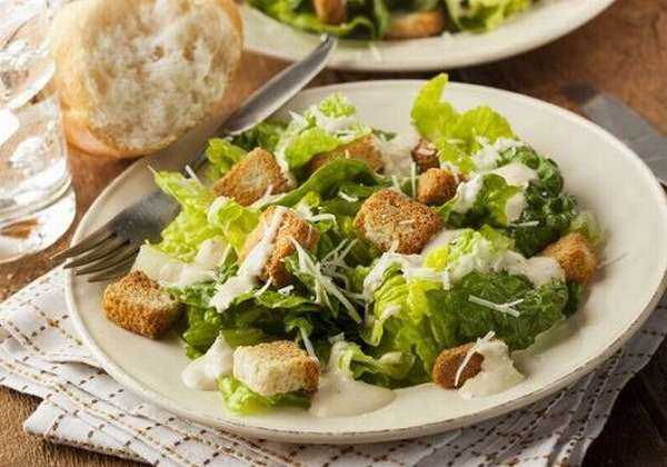 Тарелка с салатом Цезарь