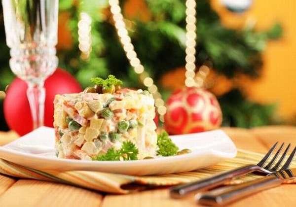 Тарелка с салатом Оливье